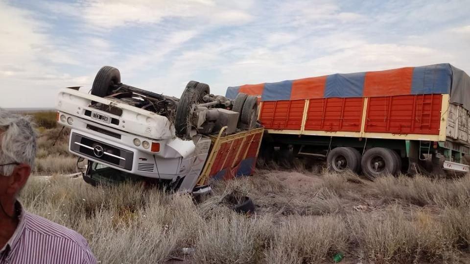 Catriel25Noticias.com camion-escondida1 Ruta 151. Reventó una cubierta y volcó. Dos heridos Destacadas NACIONALES