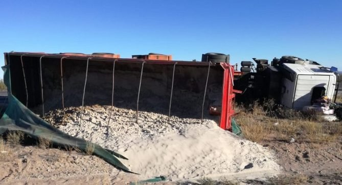 """Catriel25Noticias.com IMG-20190224-WA0033-669x363 Ruta 151: Volcó un camión cerca del monumento a """"Ceferino"""" Destacadas LOCALES"""