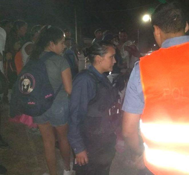 Catriel25Noticias.com mujerpoli-manzana Mujer policía héroe salvó a una nena en la Fiesta de la Manzana Destacadas NACIONALES