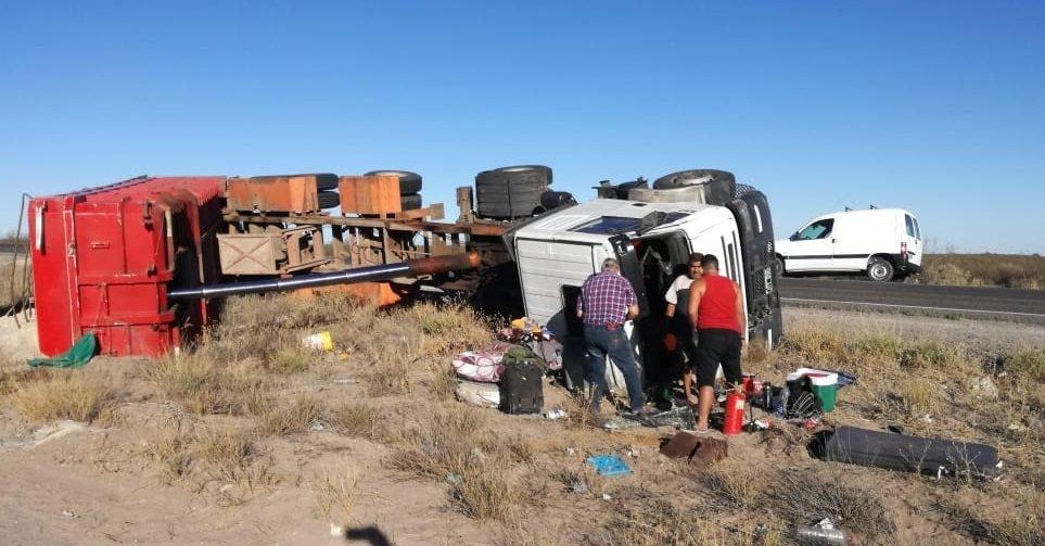 """Catriel25Noticias.com vuelco-camionnn Ruta 151: Volcó un camión cerca del monumento a """"Ceferino"""" Destacadas LOCALES"""