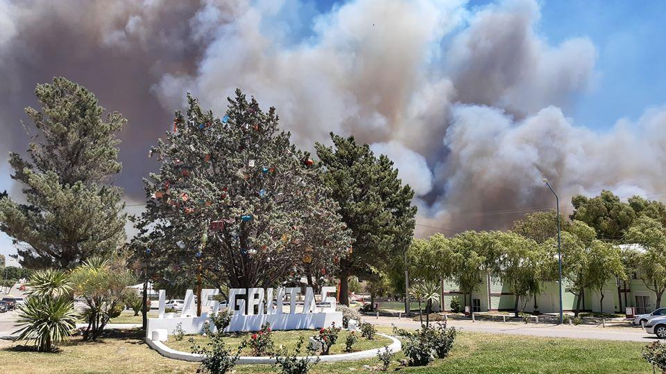 La Grutas bajo humo y amenazada por el fuego. Evacuan barrios