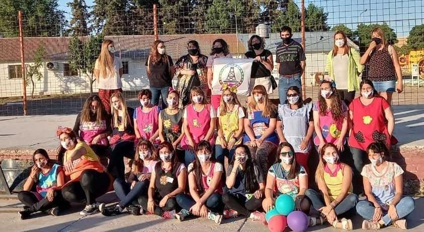 Egresadas de Nivel Inicial festejaron con una ruidosa caravana en Catriel