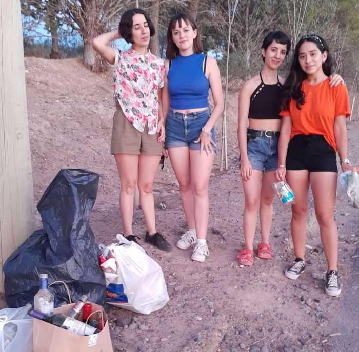 Jóvenes comprometidas con el medio ambiente levantan la basura en barrio YPF