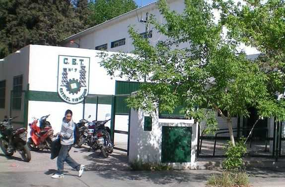Catriel: Profesores y alumnos construyeron muebles para el hospital