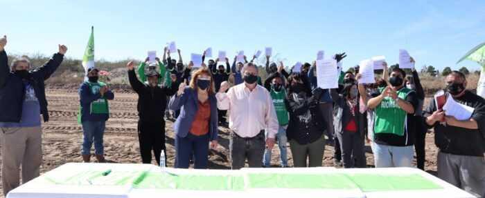 Catriel: la Intendente entregó terrenos para viviendas a trabajadores municipales